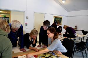 Åsa Nilsson pusslar tillsammans med bland andra Anna Kozlowska och Andrea Lindberg.