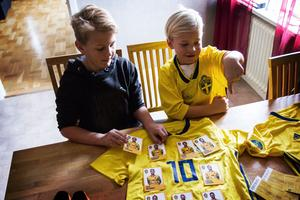 Ludvig Dahlberg fick med sig många souvenirer från mötet med EM-truppen. Här tillsammans med sin bror Sixten.
