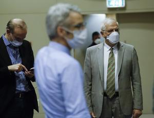 EU:s utrikeschef Josep Borrell, till höger, kort efter att han hållit en digital presskonferens i Bryssel i slutet av april.