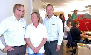 Fredrik Rozén och Tommy Larsson flankerar Agneta Gråbo, som arbetar med kunduppföljningen, i ett av de nya arbetsrummen i kontoret i Mockfjärd.