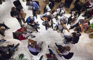 På fredagskvällen samlades delar av deltagarna för att tillsammans spela i entrén till hotellet.