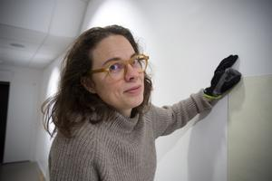 Konstnären Ida Pettersson hänger utställningen i konsthallen.