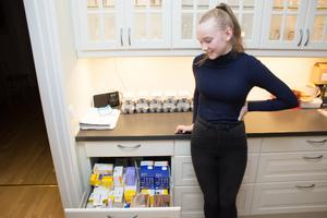 Två stora kökslådor i familjen Modéns hem är fyllda med mediciner och utrustning som har med Emmas diabetes att göra.