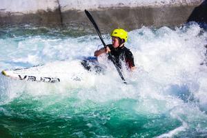 På Falu vattenpark kan nya paddlare lära sig att hantera forsen på ett tryggt sätt.