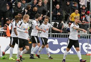 Filip Rogic firar mål med Daniel Björnquist, Nahir Besara, Sebastian Ring, Kennedy Igboananike och Isaac Boye.Bild: Conny Sillén/TT