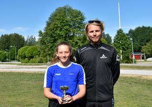 Bergsåkers skola fick ta emot ST-priset 2018. Från vänster: Wilma Hultman Modin i 8C, Niklas Bäckström, idrottlärare.