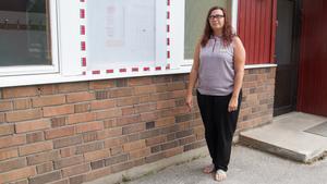 """Linda Körner säger att de i skolan lär eleverna att slänga skräp i papperskorgar och plocka upp efter sig. """"Vi hoppas att den moralen lärs ut hemma med så de inte får slänga glasspapper på golvet eller utomhus med sina föräldrar"""", säger hon."""