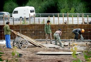 Bild: Mats Åstrand Tvisten om de kinesisika byggjobbarnas löner vid Dragon Gate-bygget  i Älvkarleby är avblåst.2005-07-27