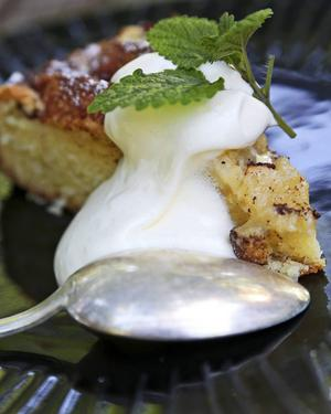 Bildtext 6: Kryddig äppelkaka med vaniljsås är snudd på ett måste så här års.   Foto: Dan Strandqvist/TT