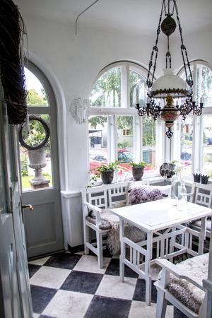Innanför huset entré finns en ljuvlig veranda med välvda fönster och platsbyggda möbler som ingick i husköpet.