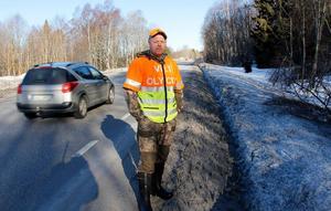 Anders Forslund är en av många som menar att det är fel att låta slyn ligga kvar i vägkanten efter det att den sågats  ner.