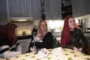 Towe, Kim, Noah och Hilma vid köksbordet.