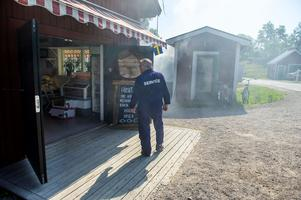Göran Sjöbom har inte riktigt lämnat rökeriet, han kommer på besök titt som tätt och är numera hamnkapten på Skatan.