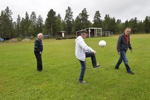 Bollen är världens bästa leksak. Rulla in en boll och ålder blir bara en siffra. På bilden visar Jarle Mosshäll, 69, att känslan finns kvar i fötterna.