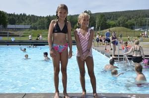 Nioåriga Tuvalie Norell och sjuåriga Elvira Norell firade sommarlovet med lite bad.