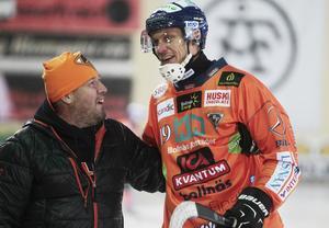 Patrik Nilsson har känt sig hemma i Bollnäs i allmänhet och med alla hängivna supportrar i synnerhet. Här under en uppvaktning sedan han passerat tusen gjorda mål.