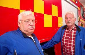 Varje år tar deltidsbrandkåren i Hoting emot 100 runt larm. I det ingår också IVPA (i väntan på ambulans) som är 50 procent av larmen. Kurt Jonsson och Jan Bohlin anser att det är viktigt att rökdyket får vara kvar. Foto: Jonas Ottosson