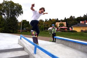 Jacob Hallin testar en rail med sin skateboard.