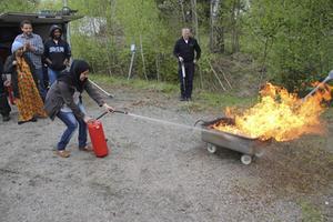 Boende på Kulthammar tränar brandsläckning.