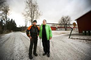– Det väcker sådana känslor och oro, säger Torgny Widholm (C) om nedläggningshotet. Här ser vi honom med Leif Svedin, bägge bor i Hallenbygden.