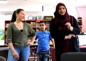 Under en del av skrivargruppens besök, som här i barnbiblioteket i Battir, fick Lama Alshehaby agera tolk. Här är det Mariam Mámmar som berättar om vikten av att de palestinska barnen får läsa böcker som visar hur det är att leva i andra länder.