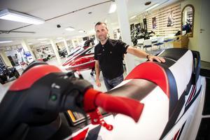 Örjan Olsson är säljare på Yamaha center i Örnsköldsvik. Han har inte missat det ökade suget efter vattenskotrar.