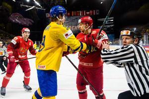 Adrian Kempe i bråk med Vitrysslands Artur Gavrus under ishockeymatchen mellan Sverige och Vitryssland under ishockey-VM den 4 maj 2018 i Köpenhamn. Foto: Ludvig Thunman / BILDBYRÅN
