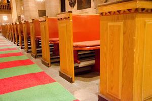 De gamla dörrarna som stängde in kyrkbänkarna är bortplockade i S:t Nikolai kyrka.