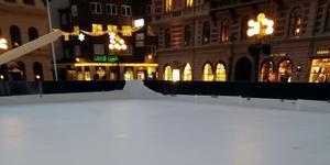 Det är därför glädjande att det tagits initiativ till att sätta upp en isbana med rink på torget i Sundsvall denna vinter. En fråga som KD drivit, skriver debattförfattarna. Foto: Privat