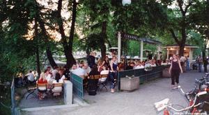 Uteserveringen utanför Strömparterren 2005. Foto: Leif Andersson. Bildkälla: Örebro stadsarkiv