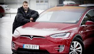 Mikael Holmlund är arg och beviken på sin nyinköpta Teslas värdeminskning. Foto: Torbjörn Jakobsson/VK