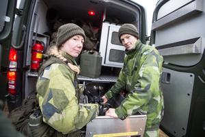 Sista packningen på plats. Angelica Rundblad och Erik Ekström har lastat in det sista i den den miltärgröna minilastbilen.