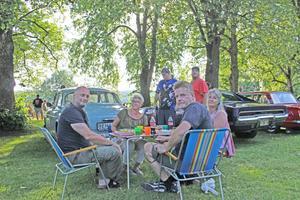 Från vänster Anders Thunström, Camilla Svanström, Mats Graaf och Sabina Graaf. Den blå bilen har Thunström byggt alldeles själv med hjälp av Mats Graaf. Många droppade in runt deras lilla picknick och beundrade åkdonet.