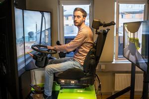 Fredrik Alexandersson visar hur man kör en grävare på en av  simulatorerna på Falukontoret. Foto: Bengt Pettersson