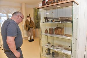 Stenåldersfynd visas upp på utställningen i Älvdalen.