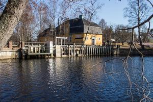 Harmångersåns ursprungliga utlopp är reglerat med en damm med minimitappning i Strömsbruk.