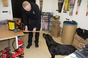 Lars Johannesson tror på att visa hänsyn och att hitta praktiska lösningar på problemet med hundar som är rädda för fyrverkerier.