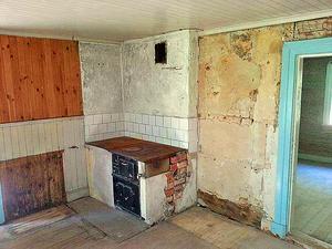 Foto: Mattias Hillbom. Så här såg köket ut innan renoveringen startade - en mix av inslag från olika tider.