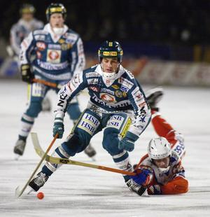 November 2002. 19-årige Olov Englund försöker stoppa Hammarbys Andreas Lindström som senare blev mer känd som Andreas Eskhult. Bild: Jessica Gow / Scanpix