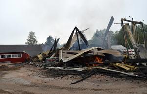 Bortom resterna av den eldhärjade verkstaden syns såghuset bid före detta Hanes såg.