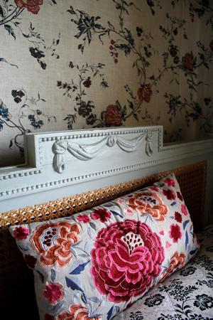 Sängen i gästrummet ska målas om. Jan har hela tiden nya projekt.