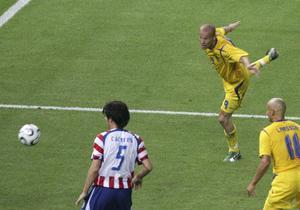 Fredrik Ljungberg nickar in segermålet mot Paraguay på Olympiastadion i Berlin. Foto: Markus Schreiber/AP