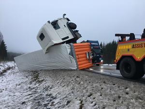 Bärgningsarbetet var komplicerat och både bärgare och räddningstjänst åkte i skytteltrafik mellan olyckorna längs E4.