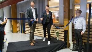 Ullvigymnasiet, Anna Ulfves rektor och Tomas Bäckman, platschef på Volvo när de invigde den nya designen på Industritekniska programmet.