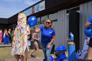 Therese Eriksson, kommunikationschef på Sundsvall Energi, delade ut ballonger till badglada besökare.