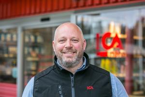 """De elva anställda i butiken jobbar alla heltid. """"Det är för att få människor att stanna"""", säger handlaren Daniel Lindgren."""