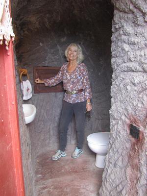 Det går ingen nöd på Edith med familj i grottan. WC och dusch är indragna.Foto: Leif Domnérus.