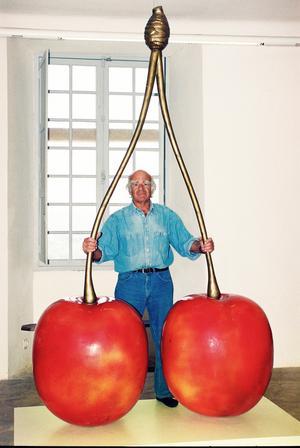 Hans Hedberg med sina jättekörsbär, de enda i sitt slag. Foto: Cagnes-sur Mers kommun