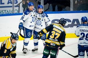 Tor Immo och Oskar Lang firar Leksands femte mål mot SSK. Foto: Simon Hastegård/Bildbyrån.