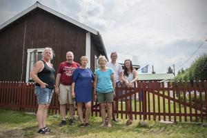 Susanne Andersson, Ove Östmark, Eva Östmark, Tora Östmark Eklund, Thomas Gunne och Saga Östmark befinner sig alla i Kryptjärn och står inför att utrymma.